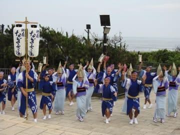 辻の盆の本番前、湘南の海をバックに踊る湘南なぎさ連=神奈川県藤沢市の県立辻堂海浜公園