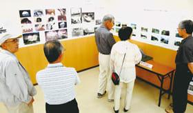 米軍撮影の戦時下と戦後の室蘭の写真などを並べた展示会