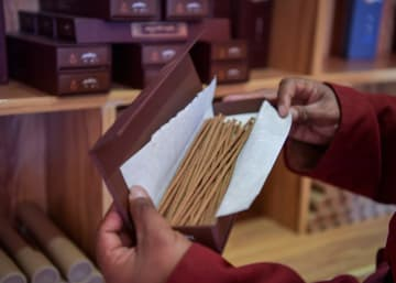 100種以上の薬草をブレンド 受け継がれるチベット香の伝統製法