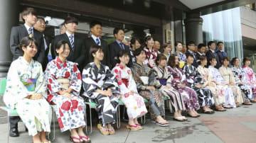 「新成人を祝う会」で写真に納まる浴衣姿の女性やスーツ姿の男性ら=13日、和歌山県田辺市本宮町
