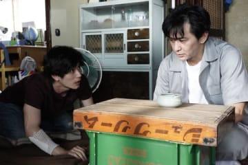 連続ドラマ「TWO WEEKS」第5話に出演する三浦春馬さん(左)と村上淳さん=カンテレ提供