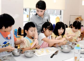 英語でコミュニケーションを取りながら調理する子どもたち