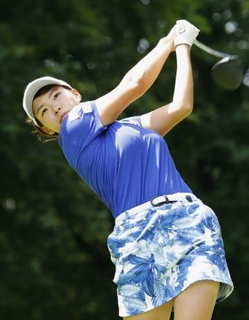 女子ゴルフの北海道meijiカップでプレーする渋野日向子=11日、札幌国際CC