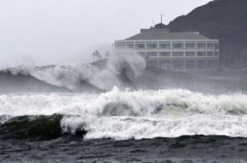 台風10号の影響で、宮崎市の海岸に打ち寄せる荒波=13日午後