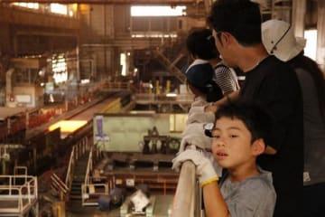 厚板工場を見学する子どもら