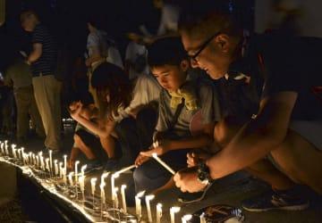 高野山の奥の院で開かれた「ろうそくまつり」=13日夜、和歌山県高野町