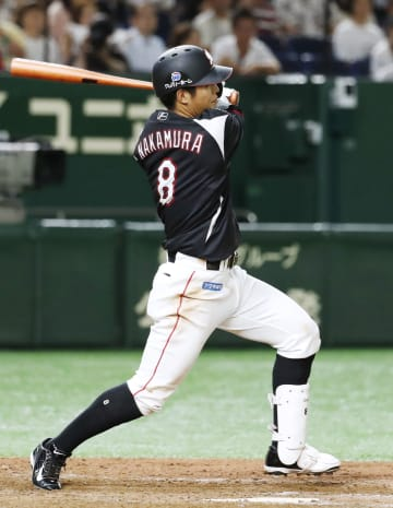9回ロッテ1死満塁、中村奨が中前に2点打を放つ=東京ドーム