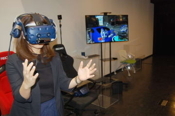 自分の手の動きで仮想空間内の商品イメージを変えられる