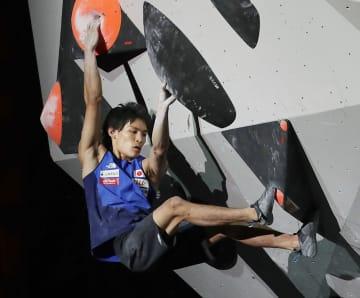 男子ボルダリング決勝 第2課題に挑む楢崎智亜=エスフォルタアリーナ八王子