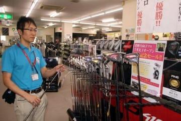渋野選手のクラブセッティングを紹介するポップを掲示して商品をアピールするプロツアー・スポーツ岡山店