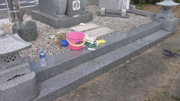 男性が倒れているのが見つかった墓地