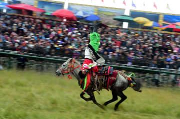 マチュ草原でケサル競馬大会開幕 甘粛省