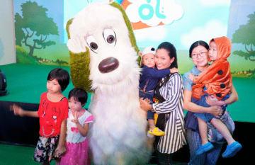 イベントでワンワンと一緒に写真を撮るミャンマーの家族連れ=4日、ヤンゴン(ドリーム・ビジョン提供)