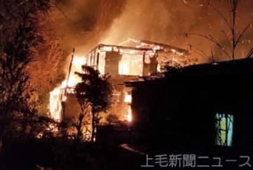 炎を上げて燃える住宅(読者提供)=12日午後10時10分ごろ、前橋市青梨子町
