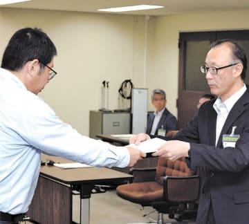 折立中いじめ自殺問題の答申を受け取る佐々木教育長(右)