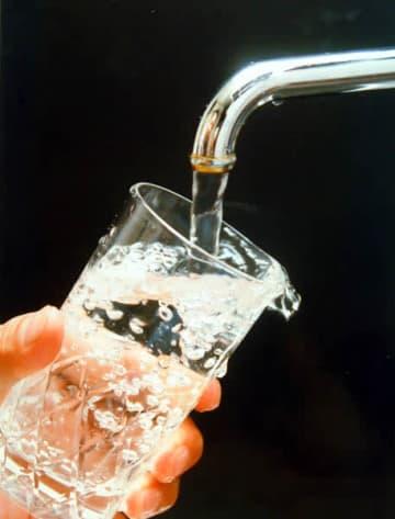 普通の水が一番か?(C)日刊ゲンダイ