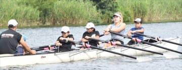 息を合わせてボートをこぐ米国選手と児童