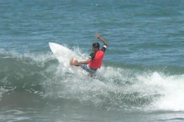 高校生サーファーが技を競った「波乗り甲子園」=一宮町の釣ケ崎海岸