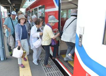 三鉄の車両に乗り込む利用客。全線開通以来、リアス線の乗客数は好調だ=9日、久慈駅