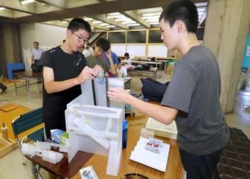 「ロボコンの駅」でロボット作りに励む中学生たち=長岡市城内町3