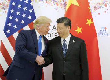 G20大阪サミットでの会談前に握手するトランプ米大統領(左)と中国の習近平国家主席=6月29日(ロイター=共同)