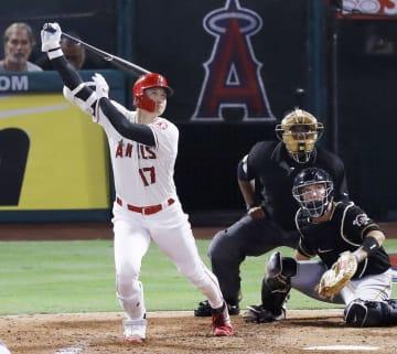 パイレーツ戦の2回、左翼線に適時三塁打を放つエンゼルス・大谷=アナハイム(共同)