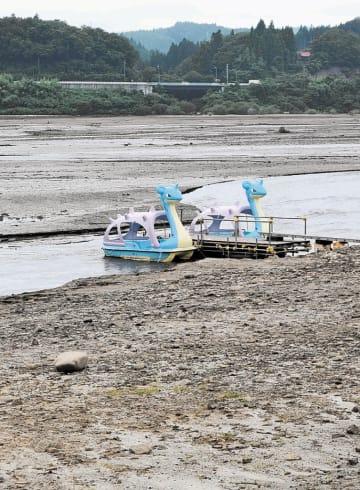 露出した湖底にたたずむラプラスボート=13日、栗原市花山の花山湖
