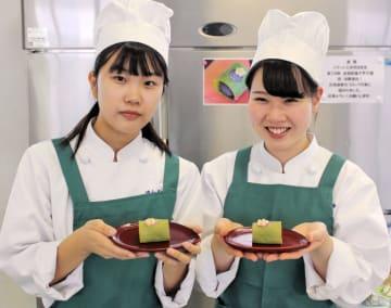 全国大会で披露する菓子を手にする遠山さん(左)と佐々木さん