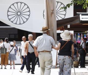 終戦の日を前に、靖国神社を訪れた人たち=14日午後、東京・九段北