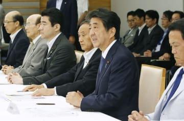 台風に関する関係閣僚会議であいさつする安倍首相(右から2人目)=14日午後、首相官邸