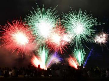 約5千発の大輪が夜空を彩った「おおの城まつり」の大花火大会=8月13日夜、福井県大野市の真名川憩いの島