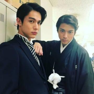 山田裕貴さん(右)が公開した中川大志さんとの「なつぞら」新郎ツーショット