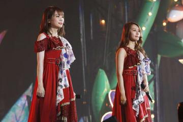 「乃木坂46」の新キャプテンに決まった秋元真夏さん(左)と現キャプテンの桜井玲香さん