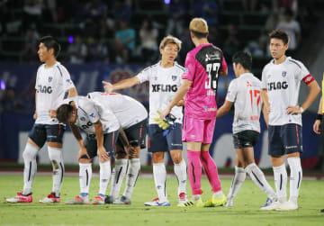 甲府に敗れ、肩を落とす永井(中央)らFC東京イレブン=中銀スタ
