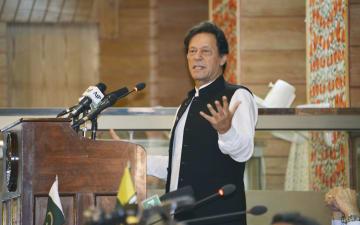 パキスタン独立記念日の演説でインドを批判するカーン首相=14日、ムザファラバード(共同)