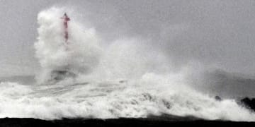 台風10号接近に伴い高波が押し寄せる日向灘=14日午後6時24分、宮崎市港東2丁目