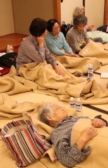 台風10号を警戒して早めに避難し、体を休める市民=14日午後、宮崎市佐土原町・佐土原総合文化センター
