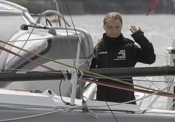 ニューヨークへ向けヨットでイギリスを出発する「環境少女」グレタ・トゥンベリさん(AP=共同)