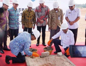 バタム島ハンナディム空港の格納庫着工式にはブディ運輸相(前列右)も出席した=14日、インドネシア(ライオンエア提供)