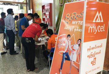 ヤンゴンのモールで行われるマイテルの販促活動=昨年6月、ヤンゴン(NNA)