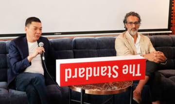 タイでのホテル建設計画について語るサンシリのスパゴン取締役(左)とスタンダード・インターナショナルのラルヴァニCEO=14日、タイ・バンコク(NNA撮影)