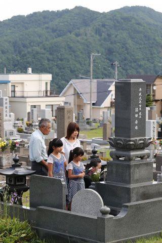 自粛要請が解除された藤野墓地で墓参りする家族連れ=14日午前9時すぎ(中川明紀撮影)