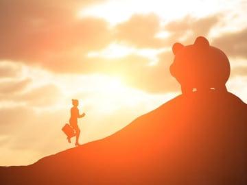 """老後不安を招く原因は、""""他人と自分を比較して幸せを判断する「他者中心」の考え方""""が招いていると、心理カウンセラーの石原加受子さんは指摘します。"""