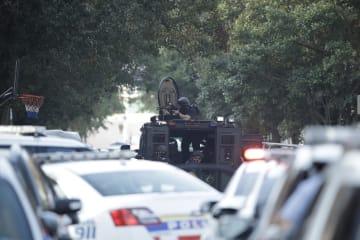 米東部フィラデルフィアの銃撃事件で、警戒に当たる当局者=14日(AP=共同)