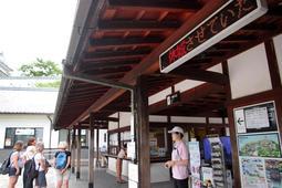 姫路城では15日の終日休業が電光掲示板で伝えられた=14日午後、姫路市本町