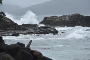 【台風10号の影響で押し寄せる高波=尾鷲市で】