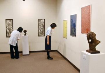 佐賀大学OBが絵画や彫塑などを出品している「GEN展」=佐賀市の高伝寺前村岡屋ギャラリー