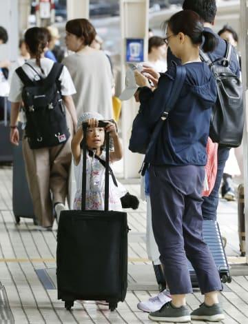 お盆のUターンラッシュを迎えた、JR東京駅の東海道新幹線ホーム=15日午前
