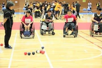プレーに集中する主将の竹内(右から2人目)と木村(同4人目)=東京・港区スポーツセンター