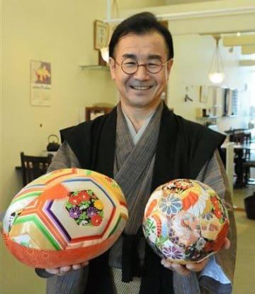 帯で作ったラグビーボール(左)とハンドボールを手にする茨木國夫代表=熊本市中央区